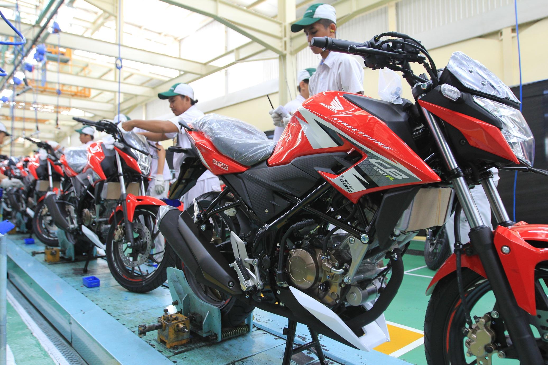 New Honda CB150R Hadir Dengan Warna dan Striping Baru. Kuatkan Aura Racing…!!!