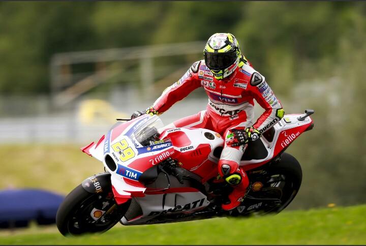 Iannone Raih Pole Position MotoGP Austria diikuti Valentino Rossi. Marquez kelima meski Cedera Bahu