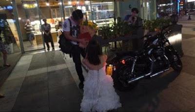 Wedian..!!! Wanita ini Lamar Kekasihnya dengan Sebuah Harley Davidson